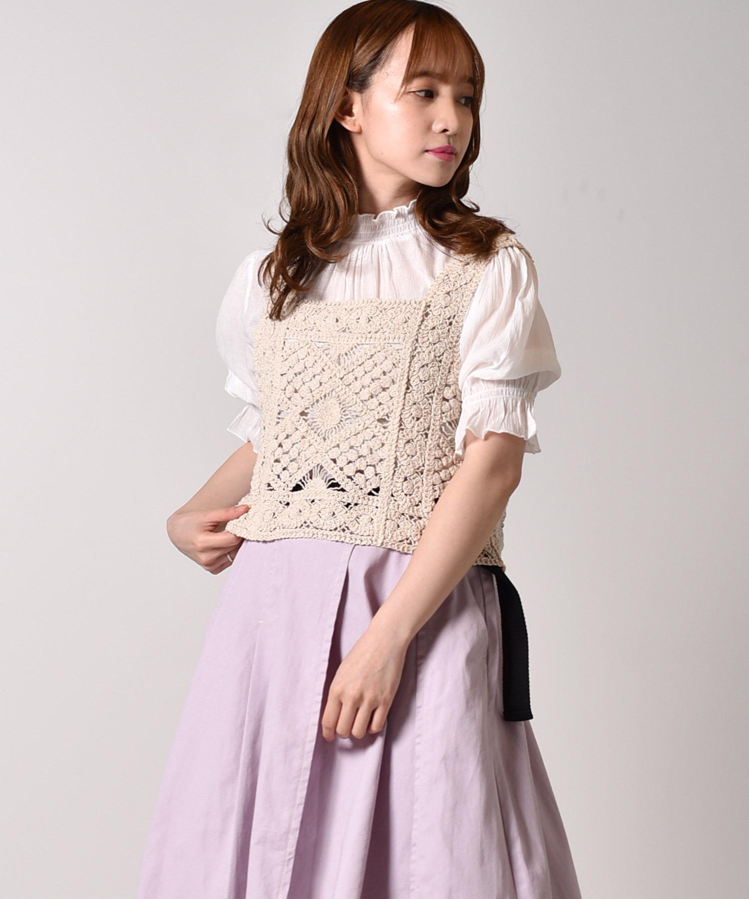 ハイネックブラウス+かぎ編みビスチェ