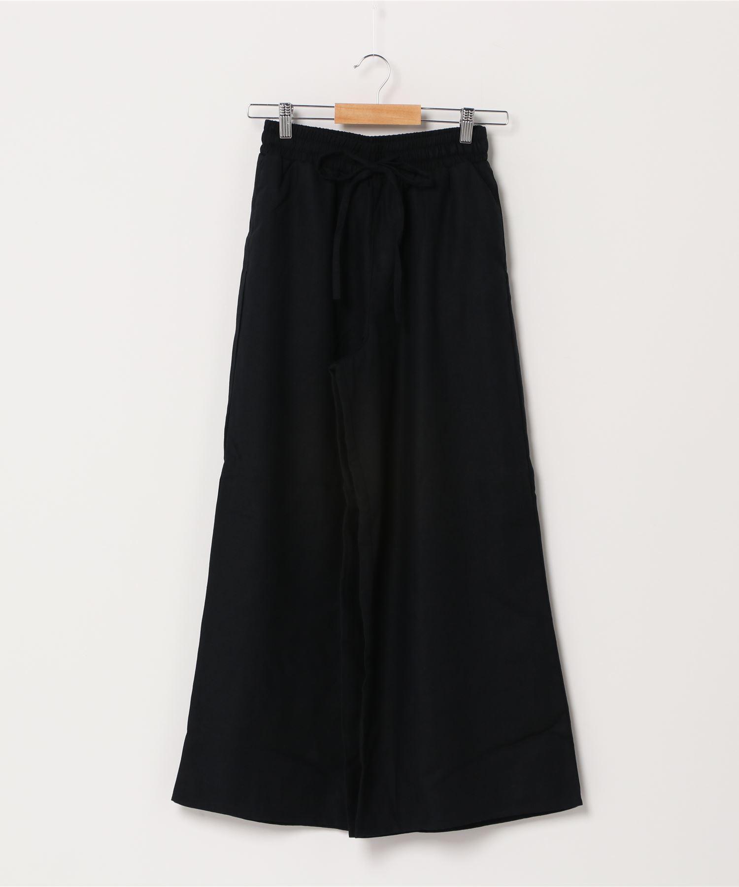 ギャザーイージーパンツ ワイドパンツ  ヒップ回りはゆったりと裾にかけてスッキリとさせたシルエット