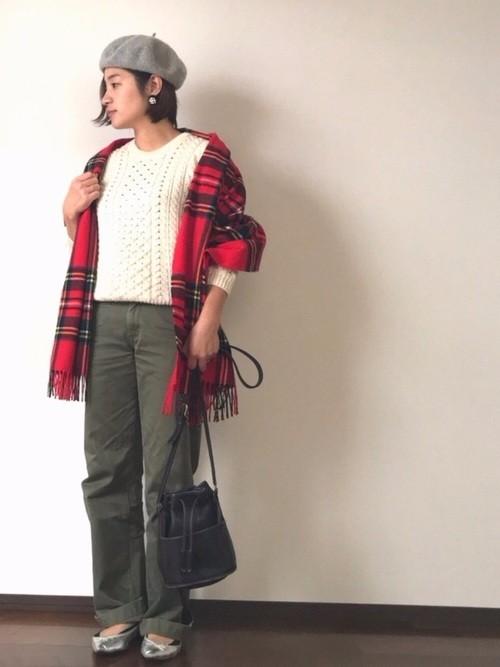 cdcce9cdd31a 出典:wear.jp. ホワイトのケーブルニット&カーキパンツに、赤いチェックのストール ...