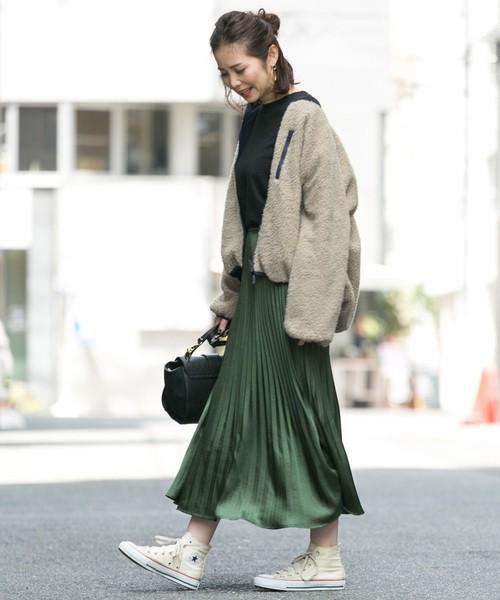 王道の無地プリーツスカート. グリーンカラーでトレンドライクに