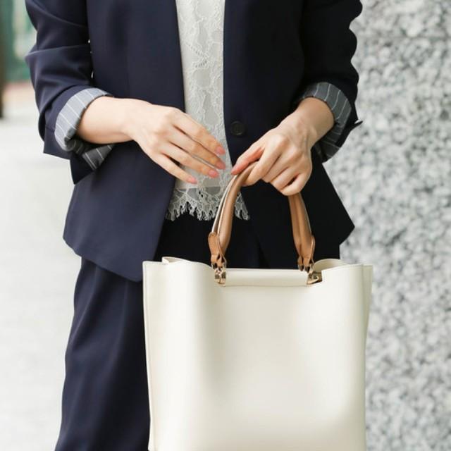folk(フォーク)のファッションまとめ「30代女性はバッグにもこだわって♪オフィスカジュアルにおすすめの鞄まとめ」