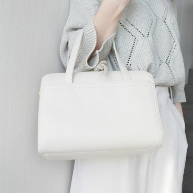 14d1b65967d4 春夏だけじゃない! 冬コーデに差し色効果の「白いバッグ」コーデ9選 ...